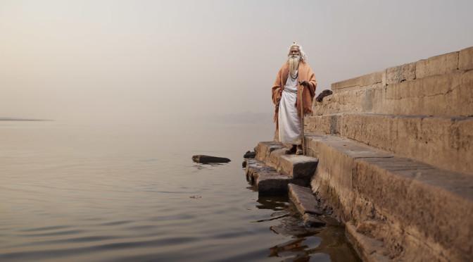 Uomini santi dell'India nei ritratti sorprendenti del fotografo Joey L