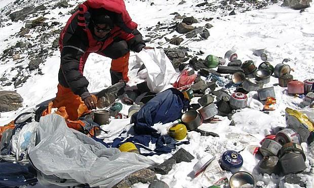 Ripulire il monte Everest dalla spazzatura da Aprile