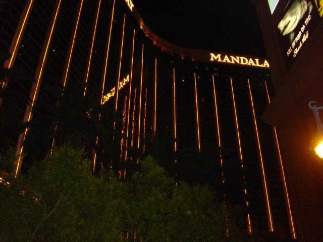 Mandalay_Bay_at_night_Vegas