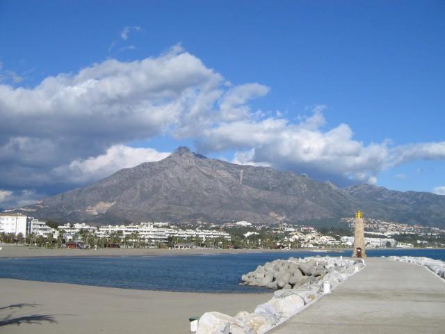 Harbor_in_Puerto_Banus,_Costa_del_Sol,_Spain,_Dec_2004_3